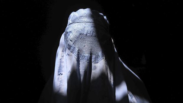 Una mujer afgana cubierta por un burka, en una imagen de archivo