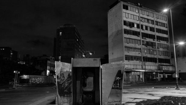 Venezuela es un país sin gas. En cuanto cae la noche en Caracas, en una completa oscuridad, comienza un «toque de queda no oficial». Las calles se vacían por miedo a la delincuencia