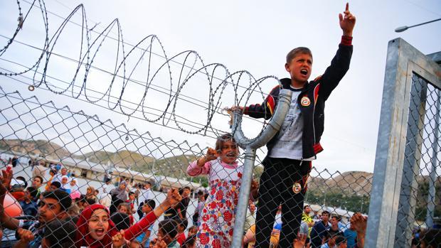 Un niño se encarama a la valla del centro de refugiados de Nizip el pasado mes de abril en Gaziantep, Turquía