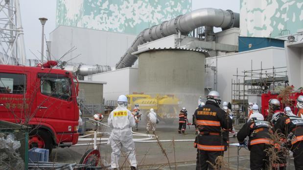 Entre los trabajos de descontaminación y desmantelamiento de la siniestrada central nuclear de Fukushima, los trabajadores de Tepco se preparan para posibles eventualidades con simulacros de accidentes