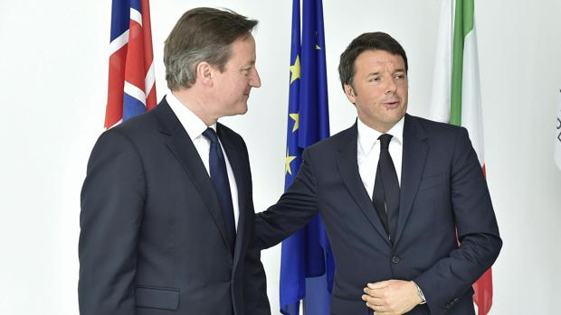 Matteo Renzi (d) y el exprimer ministro británico, David Caemeron, en la Expo de Milán el pasado junio