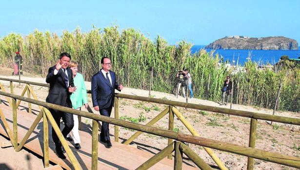 Renzi, Merkel y Hollande pasean ayer por la isla de Ventotene