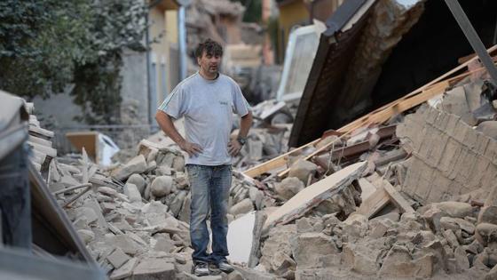 Un vecino de Amatrice entre las ruinas provocadas por el terremoto