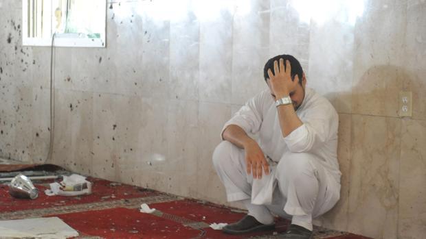 Un hombre lamenta un ataque en una mezquita de Arabia Saudí el año pasado