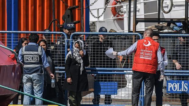 El Alto Comisionado de Naciones Unidas para los Refugiados (ACNUR), Filippo Grandi (d), conversa con una familia de refugiados sirios que viven en Atenas, Grecia hoy, 24 de agosto de 2016