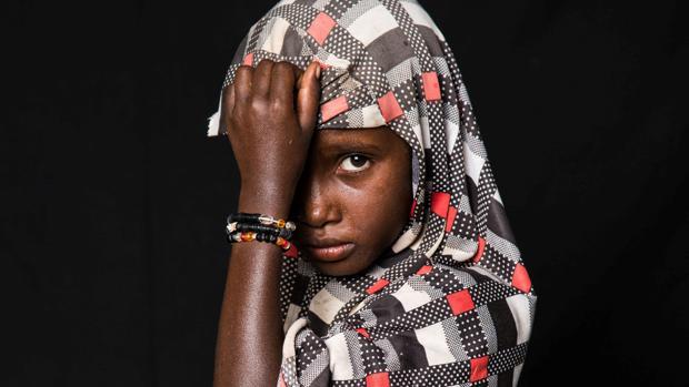 Fatime Hassan, refugiada que huye de la violencia de Boko Haram, posa para una fotografía en el campo de refugiados de Darnaim, en Chad