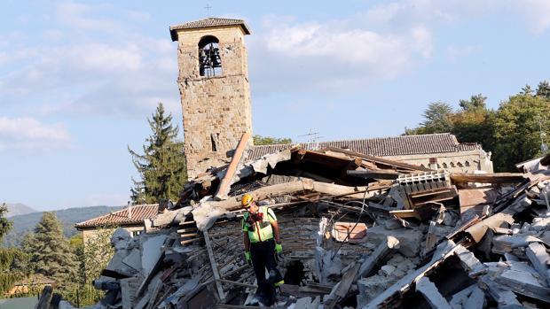 Amatrice, conocido como el pueblo de las 100 iglesias, ha sufrido la destrucción de muchos de sus monumentos debido al terremoto que este miércoles ha arrasado el centro de Italia