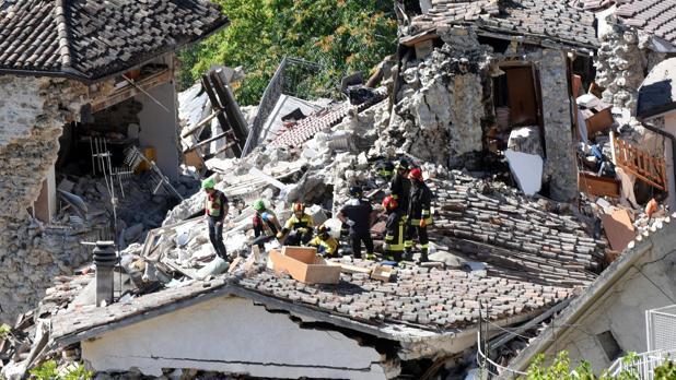 Miembros de los servicios de rescate, en la búsqueda de supervivientes entre los escombros en Pescara del Tronto