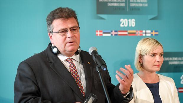 El ministro de Exteriores lituano, Linas Linkevicius, habla ante la prensa junto a su homóloga islandesa, Lilja Alfredsdottir tras un encuentro en Riga, Letonia, el pasado 26 de agosto