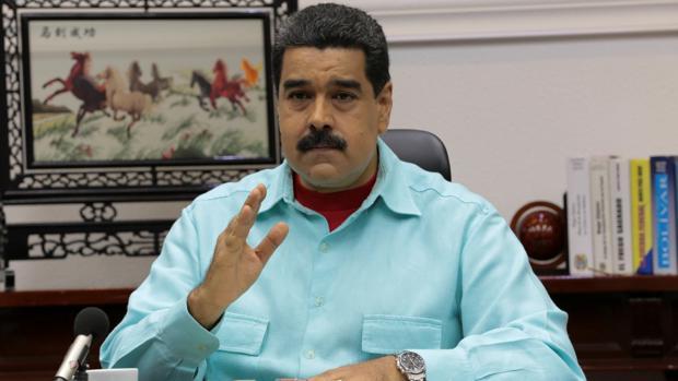 El presidente de Venezuela, Nicolás Maduro, habla durante una reunión con sus ministros en el Palacio de Miraflores, en Caracas