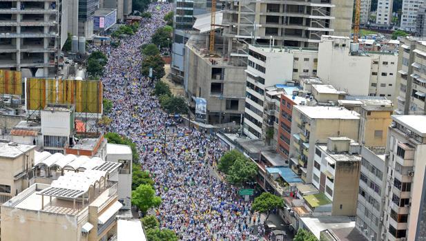 Decenas de miles de venezolanos secundan la «gran toma de Caracas» para impulsar el revocatorio contra Maduro