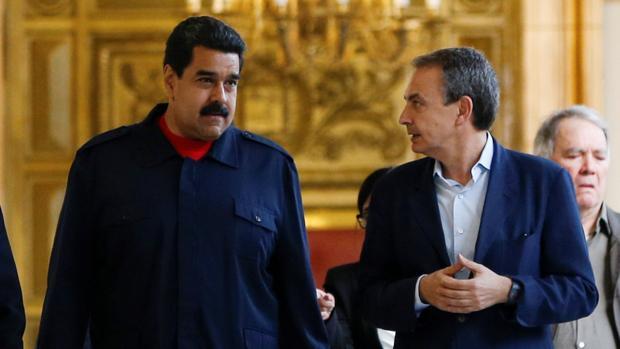 Zapatero y Maduro charlan durante una de las visitas del español a Caracas como mediador.