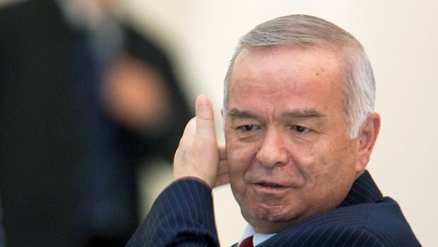 El presidente uzbeko, Islam Karimov, acude a una reunión en Almaty en abril de 2009