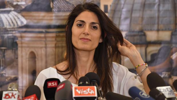 La alcaldesa de Roma, Virginia Raggi, daba una rueda de prensa cuando se presentaba como candidata a ostentar el cargo por el partido Movimiento 5 Estrellas