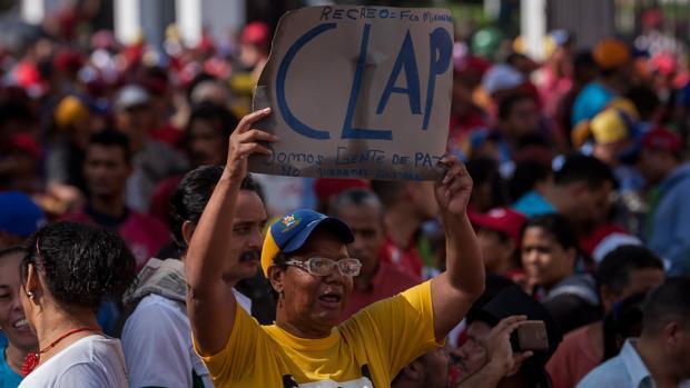 Un simpatizante del gobierno chavista muestra su apoyo a los Clap el pasado junio