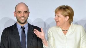 La canciller alemana felicita a Roberto Saviano por un premio recibido durante la conferencia internacional de medios M100 Sanssouci celebrada este jueves