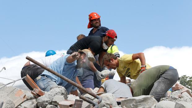 Varias personas tratan de rescatar a los supervivientes del terremoto que arrasó Itallia el pasado 24 de agosto