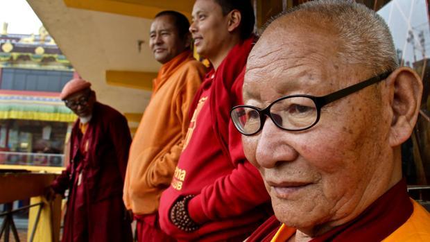 . El monje tibetano Palden Phintsok, en primer plano, seguido de sus compañeros Kunga Gyaltsen, Gendun Dhargye y Thupten Gyaltsen, en el monasterio de Guru Sakya, en Darjeeling