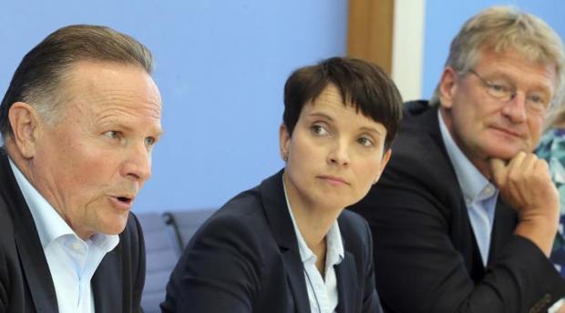 Los líderes del partido ultraderechista Alternativa para Alemania (AfD), Joerg Meuthen (d) y Frauke Petry (c), y el candidato de la AfD a las regionales de Berlín, Georg Pazderski (i), ofrecen una rueda de prensa en Berlín