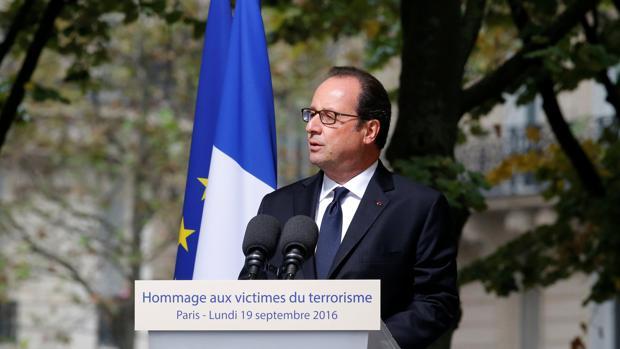 El presidente galo, François Hollande, este lunes durante el homenaje a las víctimas del terrorismo en Francia
