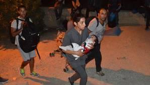 Un gran incendio provocado en un campo de refugiados griego hace que huyan miles de personas