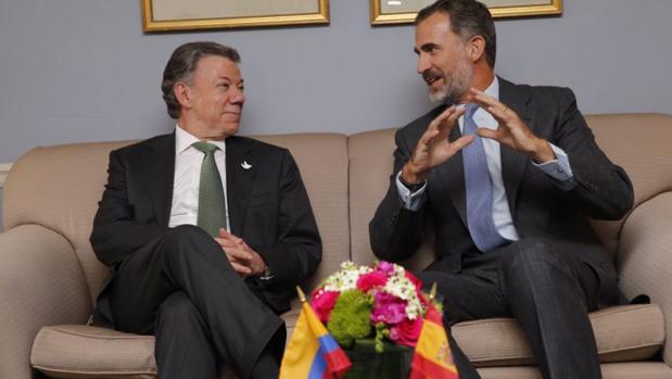Felipe VI se reúne con el presidente de Colombia para abordar la cuestión del proceso de paz