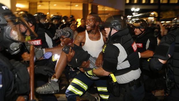 Un manifestante en estado crítico por un disparo durante los disturbios raciales en Charlotte