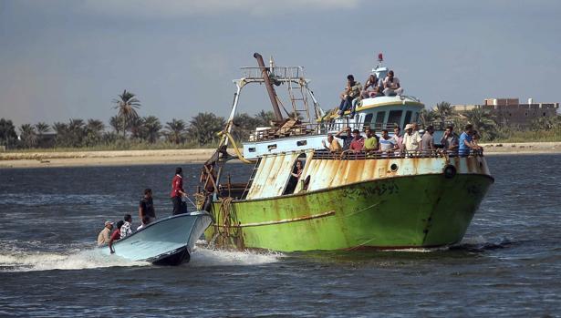 El naufragio de un barco lleno de refugiados frente a la costa de Egipto deja al menos 162 muertos
