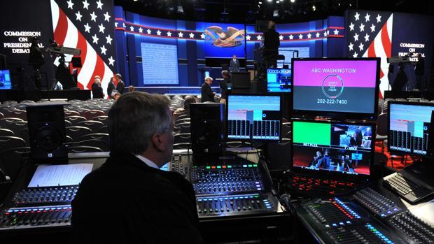 Un técnico de televisión, antes del inicio del debate en la Universidad de Hofstra