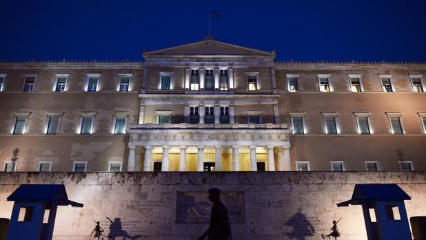 El Gobierno griego consigue la aprobación de nuevas reformas exigidas por los acreedores