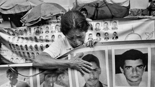 Una madre llora por su hijo durante una vigilia en Medellín