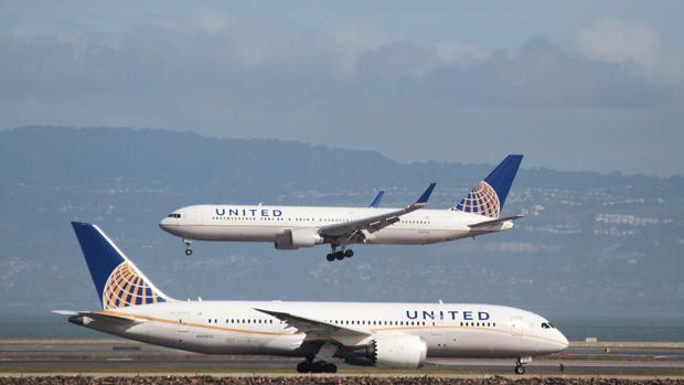 Dos aviones de la compañía estadounidense United Airlenes en el aeropuerto de San Francisco