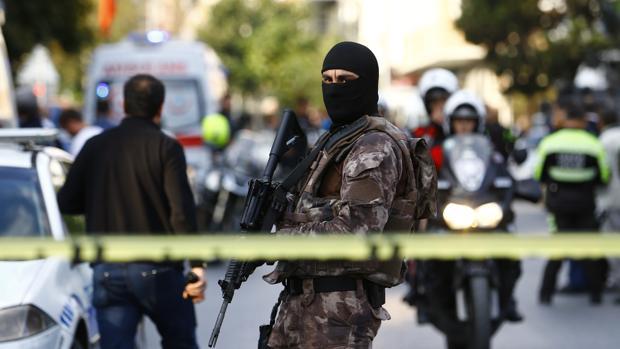 Al menos cinco heridos en una explosión cerca de una comisaría de Estambul