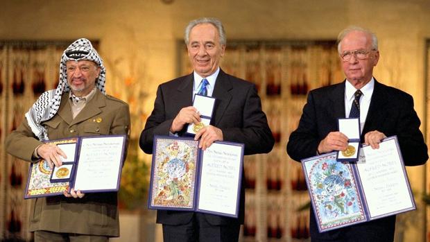 Imagen de archivo de 1994 que muestra a los premios Nobel de la Paz, el entonces presidente palestino, Yasser Arafat; el ministro de Exteriores israelí, Simón Peres (c), y el primer ministro israelí, Yitzhak Rabin