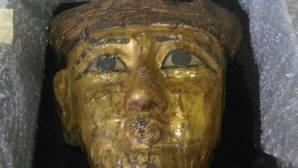 Un ciudadano egipcio entrega al gobierno de Egipto una máscara funeraria que le había regalado un amigo