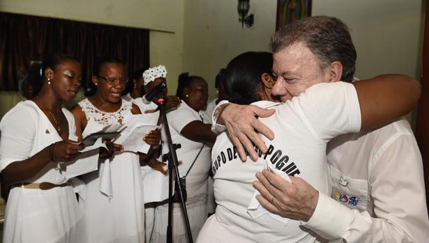 El mandatario colombiano, Juan Manuel Santos, saludaba el pasado domingo a la comunidad del municipio de Bojayá (Chocó), una de las poblaciones que más ha sufrido el conflicto armado en el país