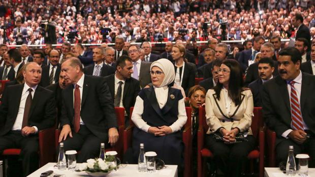 Putin, Erdogan y Maduro, junto a las esposas de los dos últimos, ayer en el foro de Estambul