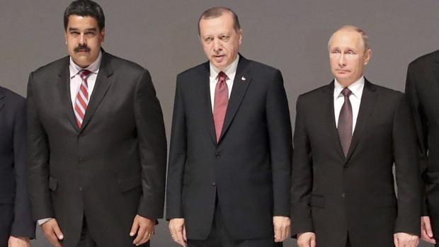 Foto de familia en la apertura del foro de energía, este lunes en Estambul