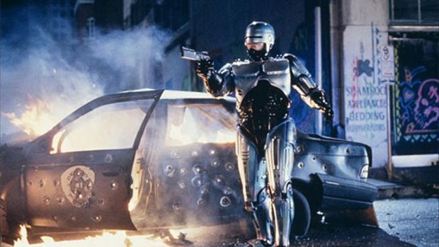 Fotograma de la película «Robocop», que presenta una ciudad futurista donde el crimen se encuentra fuera de control y la policía no cuenta con los recursos para frenar la delincuencia