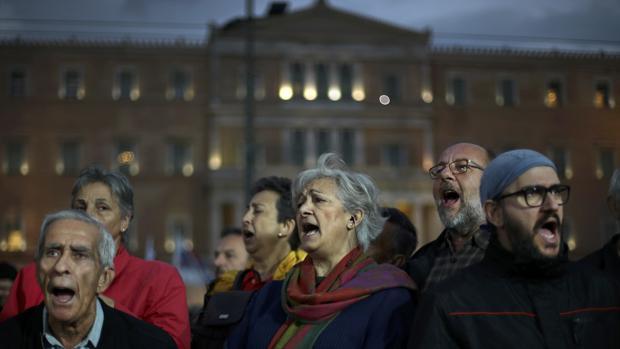 Protesta organizada por los sindicatos contra el recorte de las pensiones y salarios, este lunes ante el Parlamento, en Atenas