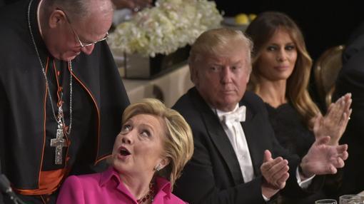 Clinton y Trump se sentaron muy cerca, separados sólo por el arzobispo de Nueva York, el cardenal Timothy Michael Dolan
