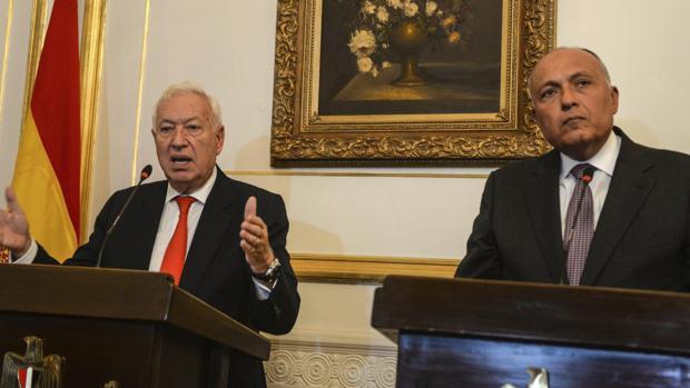 José Manuel Garcia-Margallo y su homólogo egipcio, Sameh Shoukry (d), durante una rueda de prensa, este sábado en El Cairo