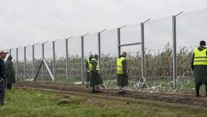 Hungría levanta una valla con «tecnología experimental» para detener a los refugiados