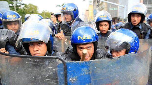 Agentes filipinos en una manifestación contra la presencia de tropas estadounidenses en el país