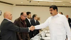 La oposición venezolana, dividida, negocia con Maduro pero exige el revocatorio