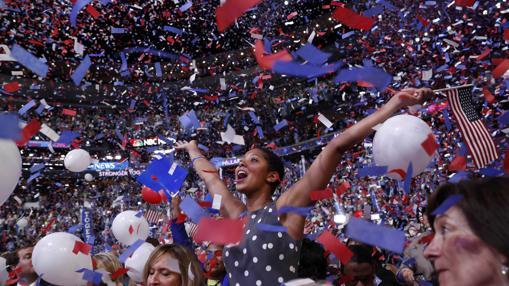 Una delegada celebra la proclamación de Hillary Clinton como candidata demócrata