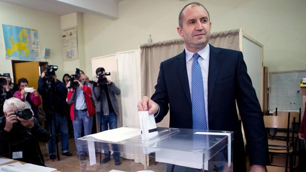 El general Rumen Radev, candidata de la oposición socialista, deposita su voto este domingo en un colegio electoral de Sofía