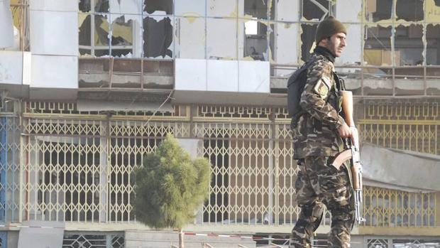 Un soldado afgano inspecciona el lugar después del atentado