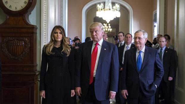Trump, acompañado de su esposa y varios fieles, a su llegada a la Casa Blanca para reunirse con Obama