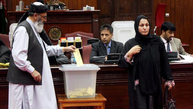 El Parlamento afgano cesa al ministro de Exteriores por mal desempeño del cargo